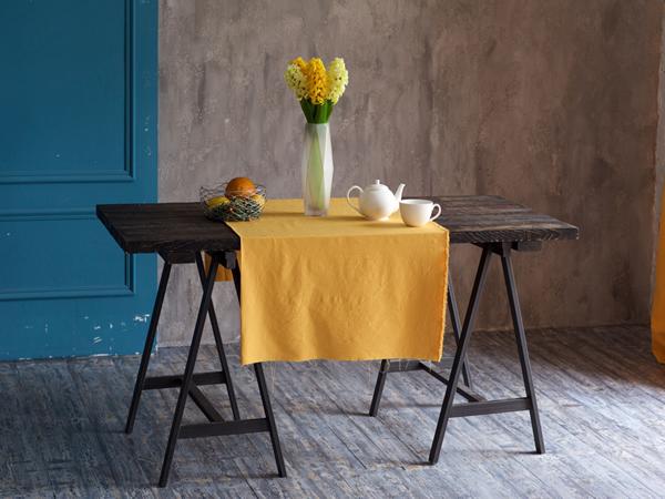 オレンジ色のクロスをかけたテーブル